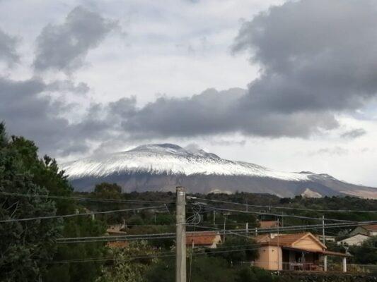 """Calano le temperature e l'Etna si imbianca come un """"pandoro"""": """"La prima neve è sempre un'emozione"""""""