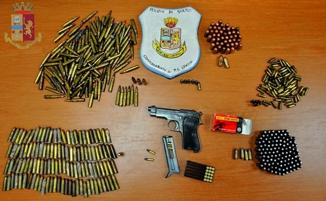 Armi e munizioni murate sotto il bidet per nasconderle: dopo il marito, anche la moglie arrestata – VIDEO