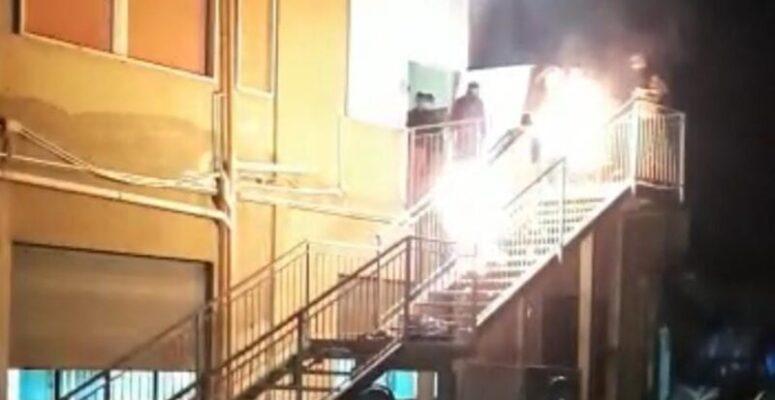Caos nel centro di accoglienza, migranti lanciano estintori e bruciano materassi: feriti 3 agenti – FOTO e VIDEO
