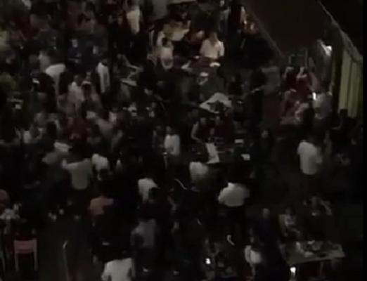 Ordinaria inciviltà a Catania, assembramenti e tavoli in strada ogni sera in via Gemmellaro: residenti esasperati – VIDEO