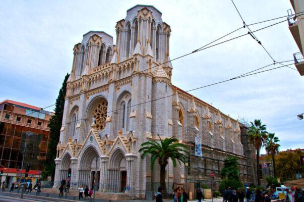 """Strage nella basilica Notre-Dame di Nizza, """"caccia"""" ai contatti di Brahim Aoussaoui: fermati 3 uomini"""