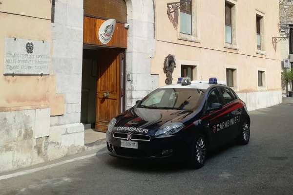 Picchiava e minacciava l'ex moglie e il figlio minorenne: scoperto dai carabinieri, 43enne in manette