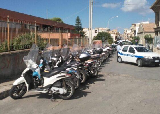 Guida senza patente e officina abusiva con rifiuti speciali all'interno: serrati controlli della municipale