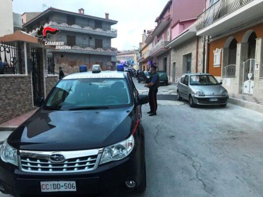 Dopo la sparatoria arrivano i blitz, perquisizioni e controlli: uomo in prognosi riservata a Catania