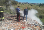 Scoperta choc nel Catanese, discarica abusiva con rifiuti pericolosi in fiamme: denunciato un 49enne