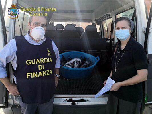 Catania, chiamata anonima alla Finanza: blitz alla pescheria, sequestrati 18 pesce spada novello