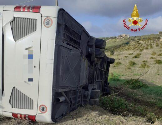 Sangue in Sicilia, sono due le vittime del tragico scontro tra pullman e auto: dieci i feriti