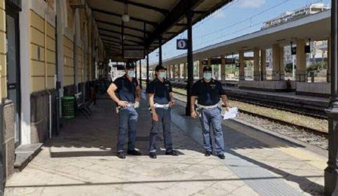 Controlli in treno, passeggero mostra il passaporto: era un trafficante di droga espulso dall'Italia