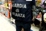 Controlli in due negozi cinesi, maxi sequestro di prodotti: 6 lavoratori in nero, uno col Reddito di Cittadinanza