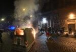 """""""Tu ci chiudi, tu ci paghi"""", è guerra a Napoli nella prima notte di coprifuoco: proteste e scontri """"per la fame"""""""