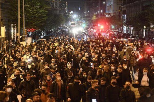 Proseguono le violenze a Napoli, esplose tre bombe carta: gruppi di estrema sinistra tra i manifestanti