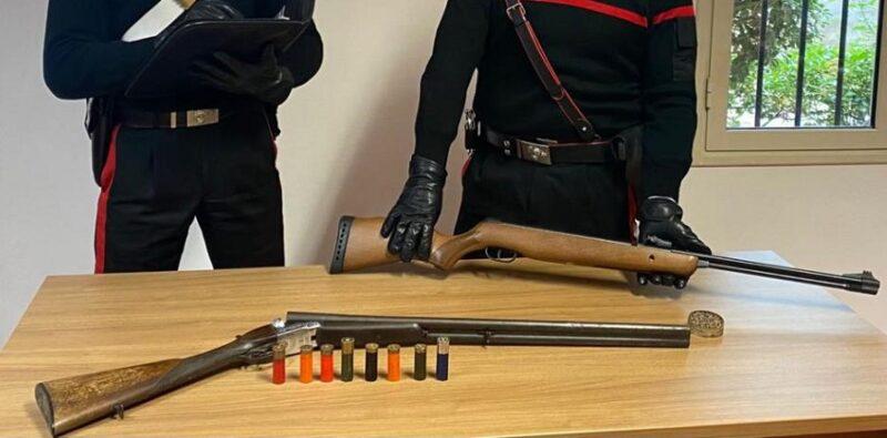 Nascondeva fucile rubato e munizioni in un maneggio: sequestrate le armi, manette ai polsi per un uomo