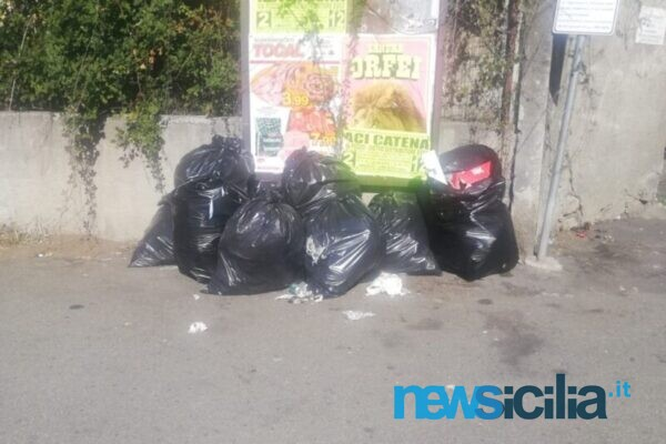 Aci Catena, rifiuti abbandonati a pochi passi dalle abitazioni: è lotta agli sporcaccioni in via San Nicolò