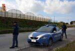 Rubano monopattino elettrico e scappano in campagna per seminare i poliziotti: fermati due giovani