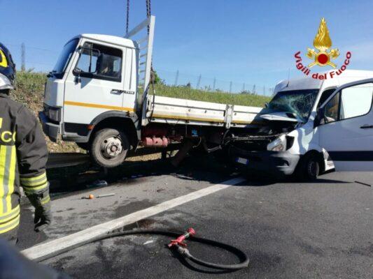 Incidente A19 Catania-Palermo, furgone tampone mezzo pesante parcheggiato: autista in codice rosso