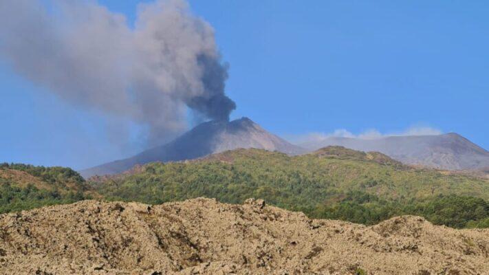 Etna, incremento dell'attività esplosiva: in corso nube eruttiva, in leggero aumento l'ampiezza del tremore vulcanico