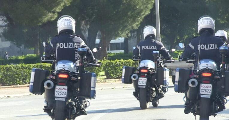 Provano a portare via uno scooter e aggrediscono il proprietario, in manette due uomini