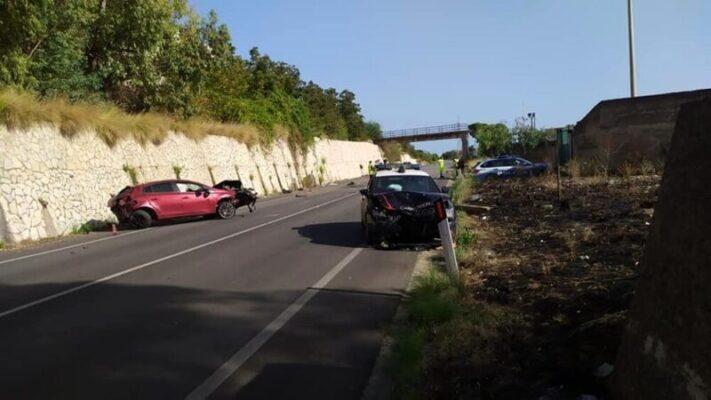 Giovane contro un muro, vola fuori dall'auto: feriti due carabinieri, 22enne lotta tra la vita e la morte