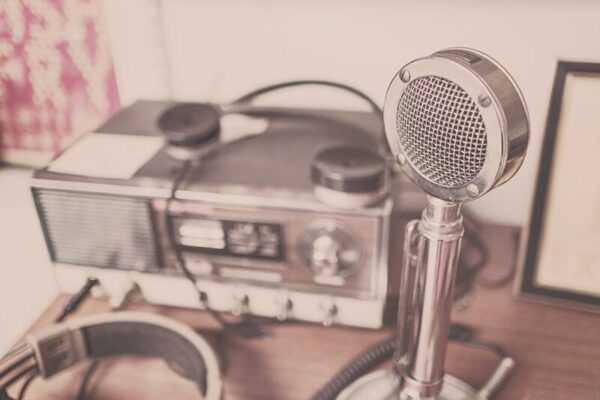 La radio, tra crisi ed evoluzioni tecnologiche, da sempre compagna di viaggio di milioni di persone