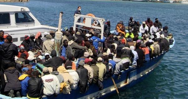 Migranti, iniziato il trasferimento di 192 persone sulla nave quarantena Adriatico: 12 sono positivi