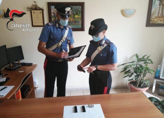 Pistola e 14 cartucce nascoste dentro la credenza di casa: arrestato 42enne
