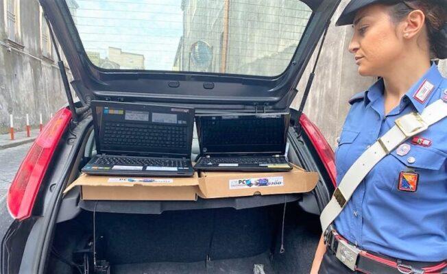 Vendeva computer rubati in piazza Stesicoro: folla di clienti attrae i carabinieri, scatta la denuncia