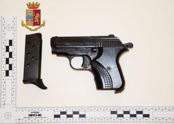 """Modificano pistola """"scacciacani"""" per renderla adatta allo sparo, in manette due pregiudicati"""