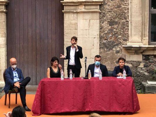 """Catania, Arcigay incontra l'on. Zan e lancia il sit-in #nessunamodifica: """"Perdere i diritti è facilissimo, conquistarli difficile"""""""
