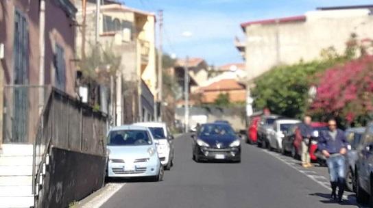 Pericolo in via Sebastiano Catania, pedoni camminano in strada per mancanza di marciapiedi: le parole di Buceti