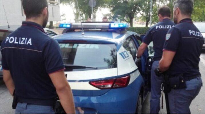 Droga sul tavolo, telecamere per controllare e soldi: due arresti a Librino, i NOMI dei finiti in manette