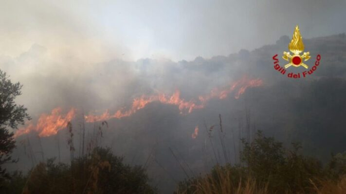 Vasto incendio minaccia abitazioni: in azione vigili del fuoco, Forestale e Protezione civile – FOTO