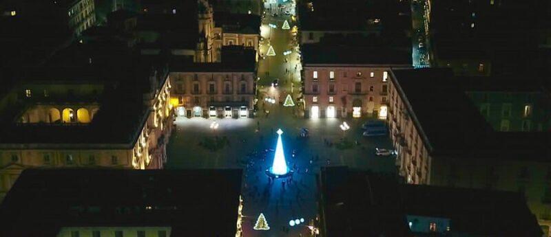 """Catania, acceso l'albero di Natale in piazza Università. Bonaccorsi: """"Aiuterà i negozi, anticiperemo anche i saldi"""""""