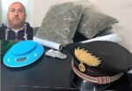"""Spacciava dentro casa nel Catanese, il complice prova a """"buttare fuori"""" i carabinieri: un arresto e una denuncia"""