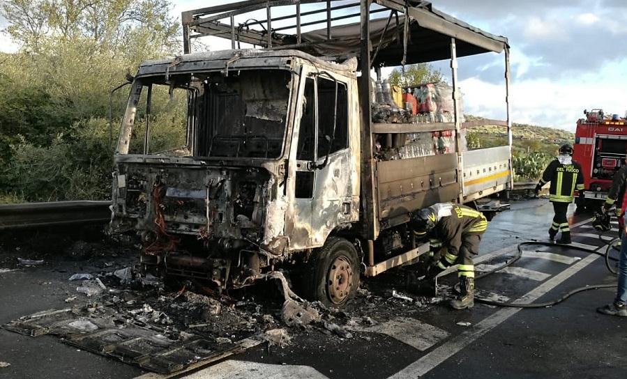 Incendio nel Catanese, camion prende improvvisamente fuoco: paura per il conducente, distrutto il mezzo – FOTO