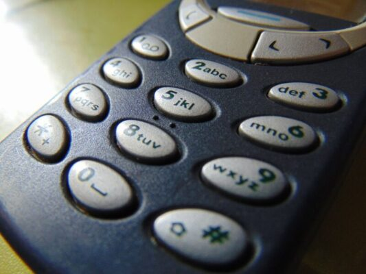 """""""Buon Natale"""", il 3 dicembre 1992 viene inviato il primo SMS della storia: ecco come nacque"""