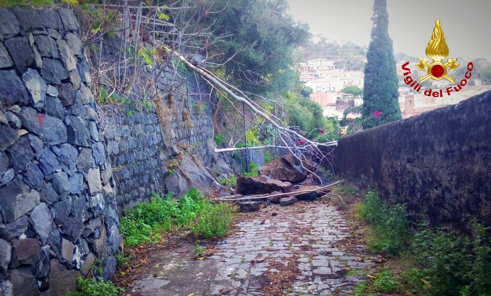 Crollo alla Timpa di Acireale, massi cadono sulla strada per il porticciolo di Santa Maria la Scala: zona transennata