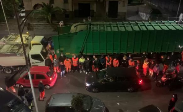 """Catania, assembramento e camion per ricordare dipendente Dusty deceduto. L'azienda: """"Corteo non autorizzato"""" – VIDEO"""