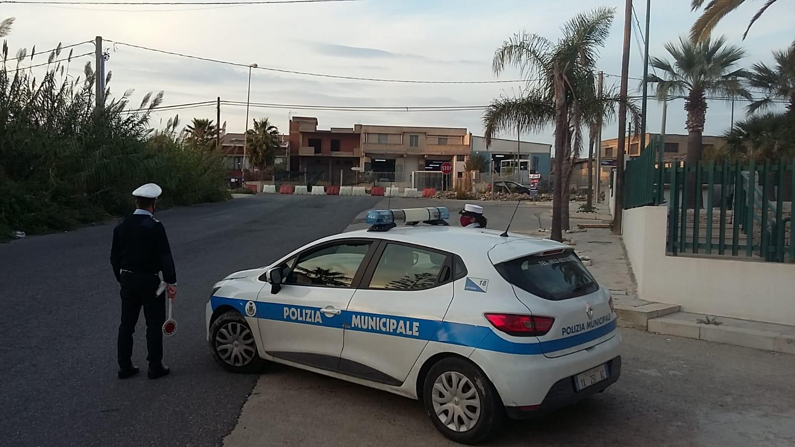 """Spostano le transenne che bloccano l'ingresso della """"Zona Rossa"""": 4 denunciati e multe salate nel comune siciliano di Vittoria"""