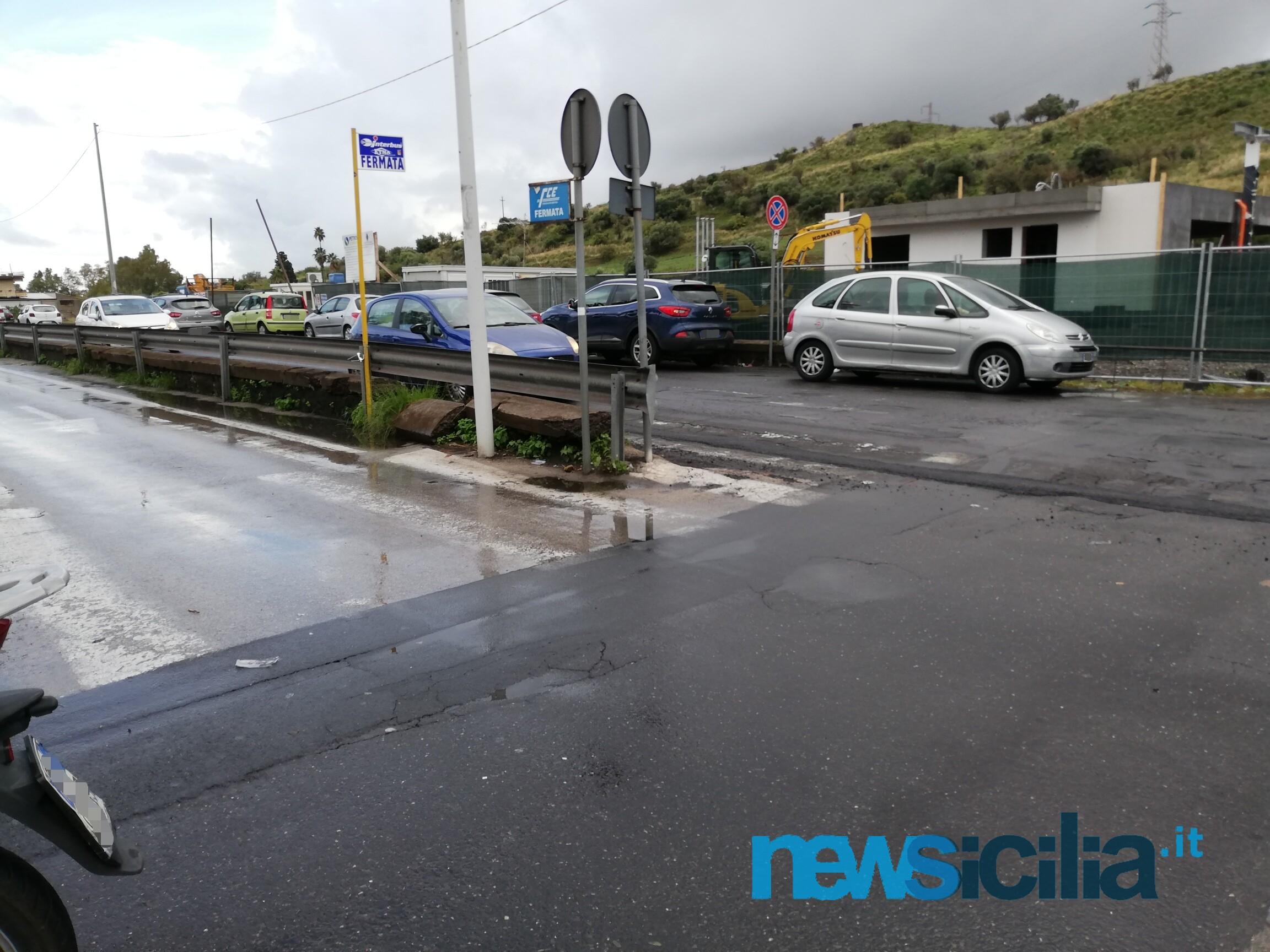 """Ospedale Garibaldi-Nesima, scomparse le strisce pedonali all'ingresso: """"I pedoni sono invisibili?"""" – FOTO"""