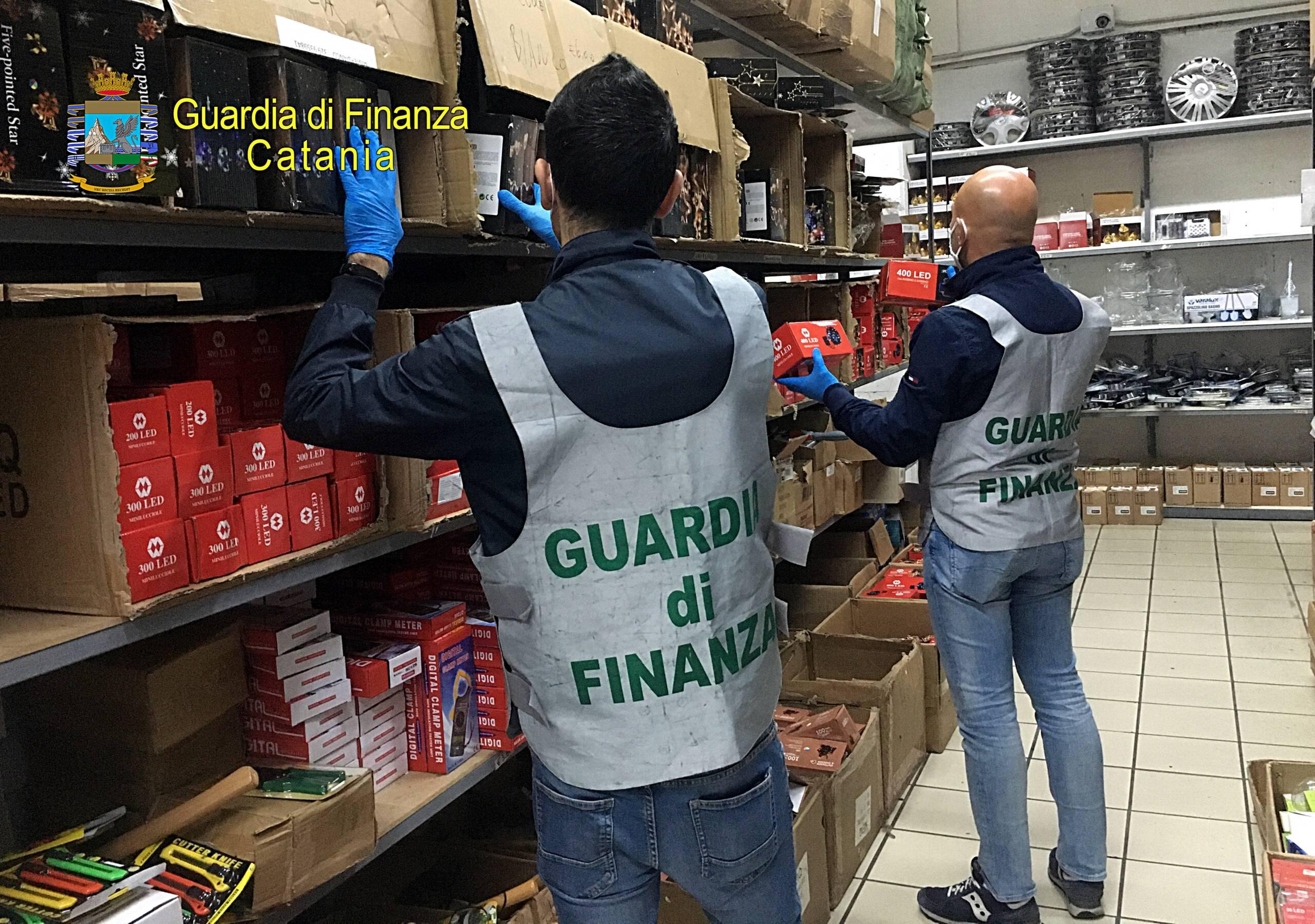 Misterbianco, controlli della Finanza di Catania: sequestrate 1 milione di luci di Natale in un negozio cinese