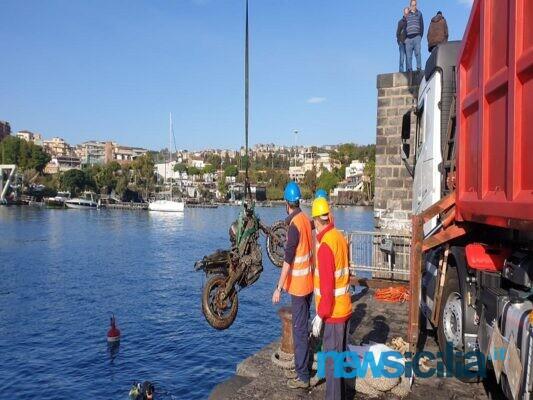 """Catania, pulizia straordinaria a Ognina. Il mare restituisce una moto, Cristaldi: """"Da 28 anni nessun lavoro"""" – FOTO e VIDEO"""