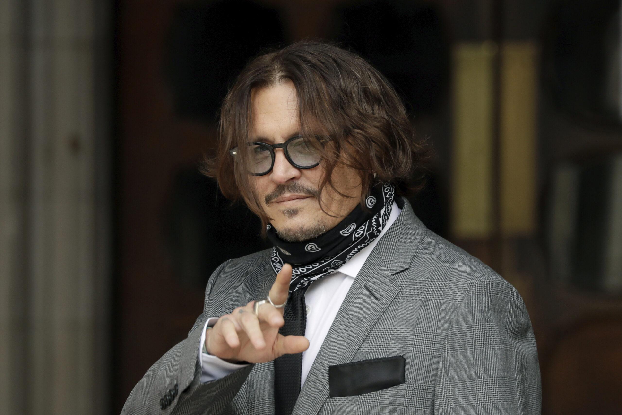 """Johnny Depp perde la causa contro The Sun che lo aveva definito """"picchiatore di mogli"""": non è diffamazione"""