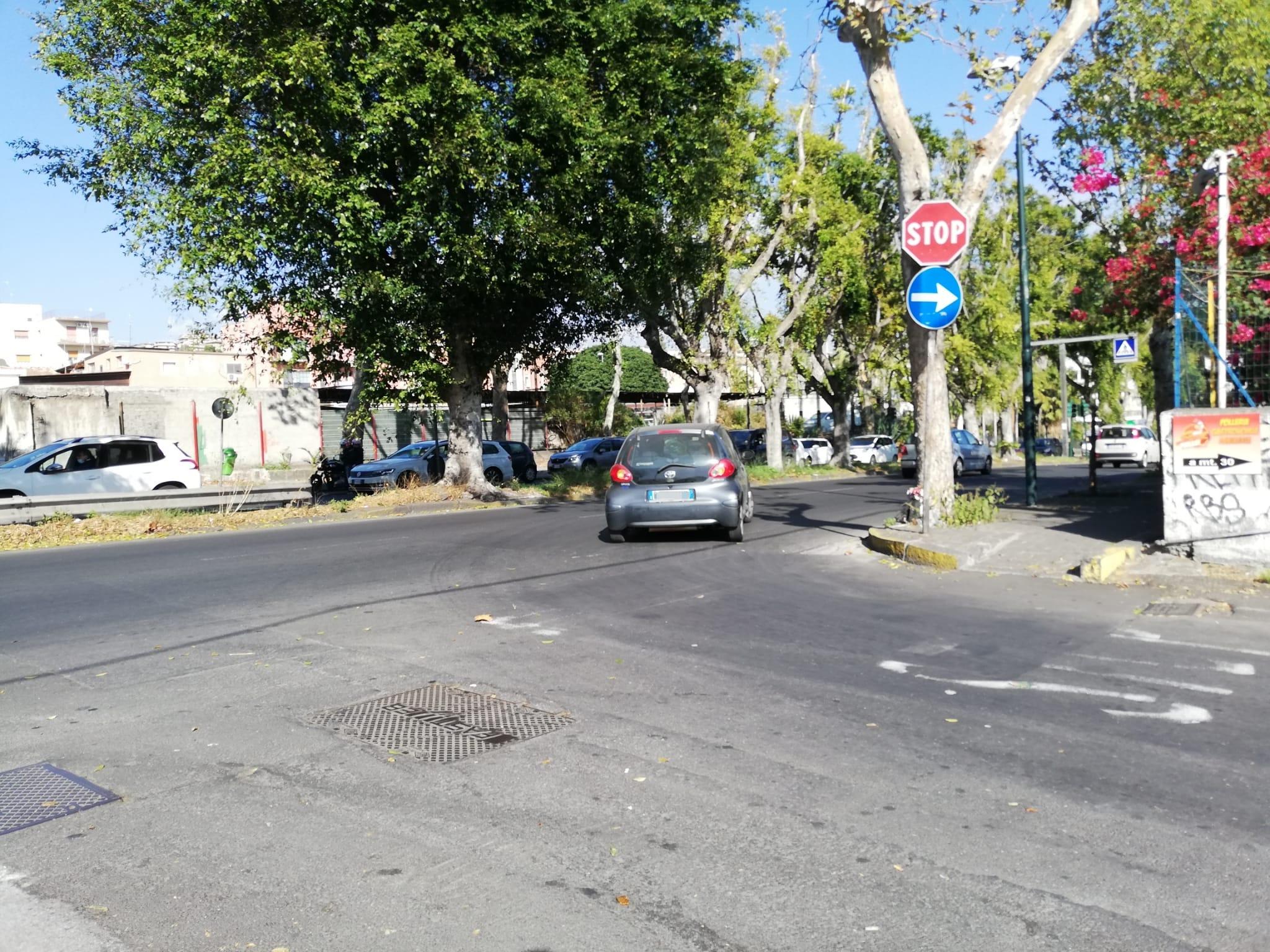 """Gli """"incroci maledetti"""" di Picanello tra segnali scoloriti e automobilisti indisciplinati: """"Abbiamo paura"""" – FOTO"""