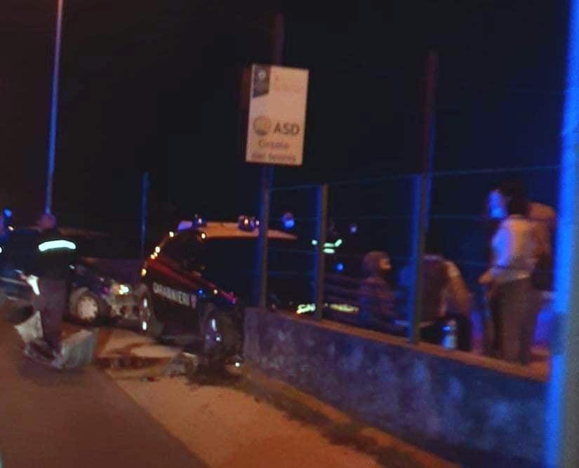 Insolito e rocambolesco incidente sulla SP 17, gazzella contro Renault clio: il bilancio è di 3 feriti – FOTO