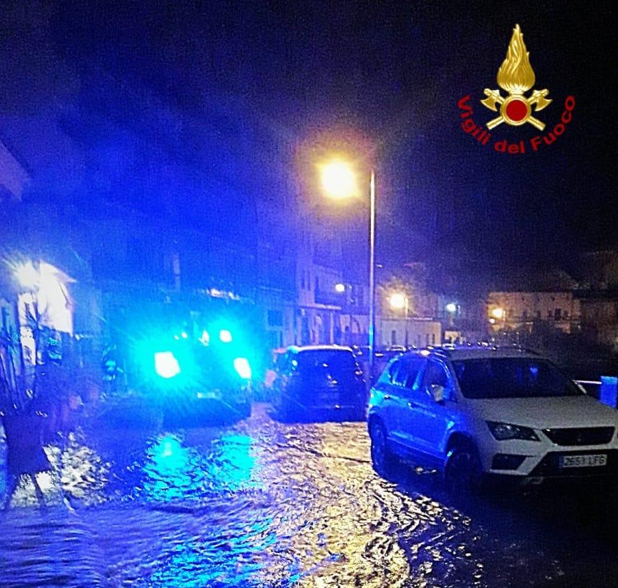Il Catanese nella morsa del maltempo, esonda il torrente Peschiera: abitazioni e garage allagati – FOTO e VIDEO