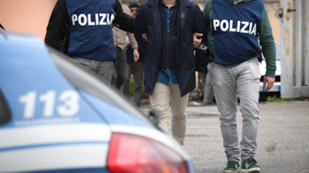 Prostitute rapinate e sequestrate in casa da finti poliziotti: due arresti