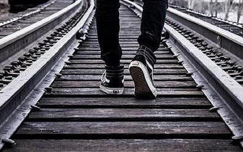 Si stendono sui binari per far un selfie prima del passaggio del treno: sanzionati due adolescenti