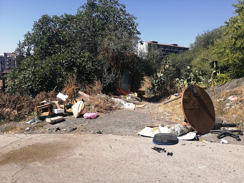 Catania, discariche abusive e rifiuti pericolosi in via Kolbe. Il consigliere Zingale non abbandona il problema