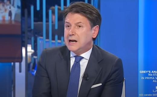 """Coronavirus, dosi di vaccino ridotte per l'Italia. Conte non ci sta: """"Inaccettabile, sarà battaglia legale"""""""