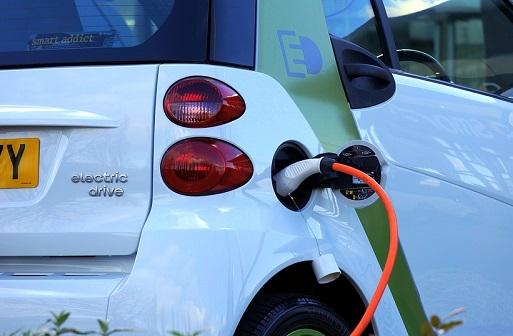 Mobilità sostenibile, in aumento l'uso dei mezzi elettrici: ecco come ci si sposterà nel 2030 – DATI